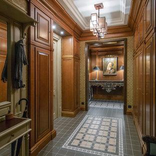 На фото: коридор в классическом стиле с коричневыми стенами и серым полом с