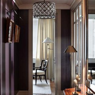 Идея дизайна: коридор в классическом стиле с фиолетовыми стенами и паркетным полом среднего тона