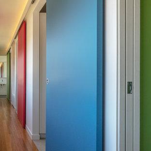 Inspiration pour un petit couloir design avec un mur blanc, un sol en bambou et un sol marron.