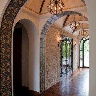 Идея дизайна: большой коридор в средиземноморском стиле с белыми стенами и темным паркетным полом