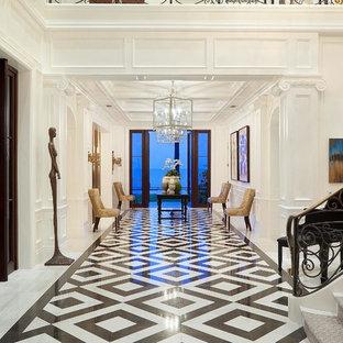 マイアミのトラディショナルスタイルのおしゃれな廊下 (白い壁、マルチカラーの床) の写真