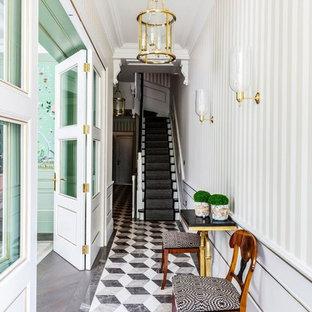 Idéer för en klassisk hall, med flerfärgade väggar och flerfärgat golv