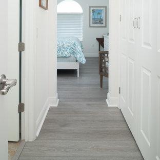На фото: коридор среднего размера в морском стиле с полом из винила, серым полом и белыми стенами