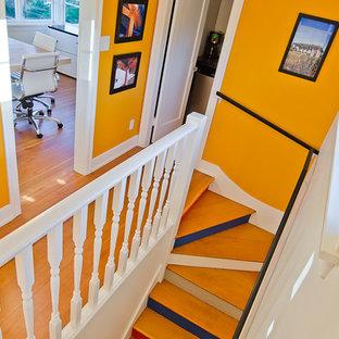 Неиссякаемый источник вдохновения для домашнего уюта: маленький коридор в стиле модернизм с желтыми стенами и светлым паркетным полом