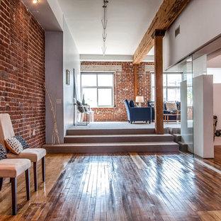 На фото: со средним бюджетом коридоры среднего размера в стиле лофт с паркетным полом среднего тона, белыми стенами и коричневым полом