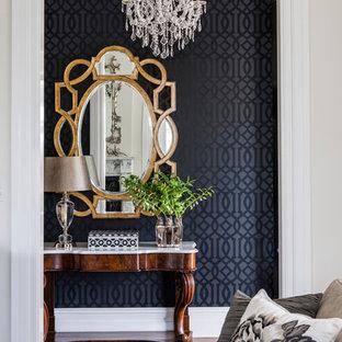 ブリスベンのトラディショナルスタイルのおしゃれな廊下 (黒い壁) の写真