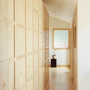 Diseño de recibidores y pasillos asiáticos con paredes blancas y suelo de madera clara