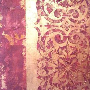 ヒューストンの広いエクレクティックスタイルのおしゃれな廊下 (赤い壁、淡色無垢フローリング) の写真