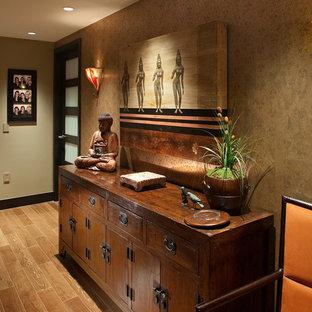 На фото: коридор среднего размера в восточном стиле с бежевыми стенами, светлым паркетным полом и коричневым полом с