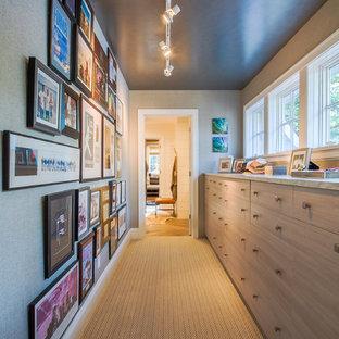 Идея дизайна: коридор среднего размера в морском стиле с серыми стенами и ковровым покрытием