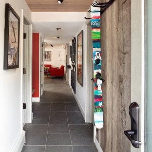 Пример оригинального дизайна: маленький коридор в стиле ретро с полом из сланца и белыми стенами