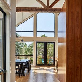 Cette image montre un grand couloir design avec un plafond voûté.