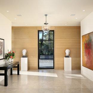 Modern inredning av en stor hall, med beige väggar, grått golv och kalkstensgolv