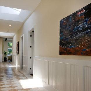 Идея дизайна: коридор в современном стиле с бежевыми стенами, мраморным полом и разноцветным полом