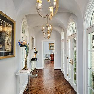 ダラスの中くらいのトラディショナルスタイルのおしゃれな廊下 (グレーの壁、濃色無垢フローリング、茶色い床) の写真
