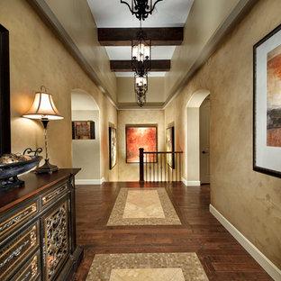 デンバーの地中海スタイルのおしゃれな廊下 (ベージュの壁、マルチカラーの床) の写真