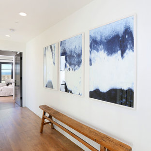 Idéer för maritima hallar, med vita väggar och mellanmörkt trägolv