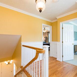 Стильный дизайн: коридор среднего размера в стиле современная классика с желтыми стенами, паркетным полом среднего тона и коричневым полом - последний тренд