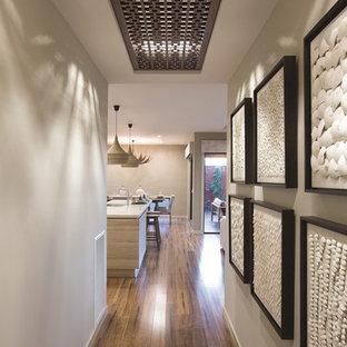メルボルンのトロピカルスタイルのおしゃれな廊下の写真