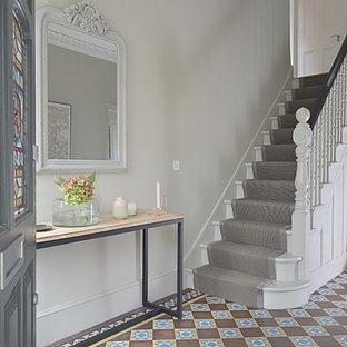 ロンドンのトラディショナルスタイルのおしゃれな廊下 (グレーの壁、セラミックタイルの床) の写真