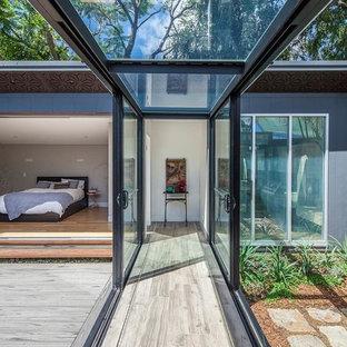 Idée de décoration pour un couloir minimaliste de taille moyenne avec un sol gris et un sol en travertin.