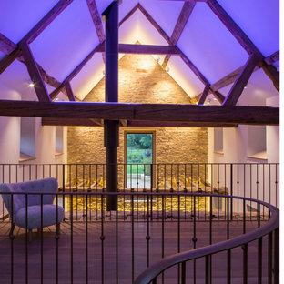 Idéer för att renovera en stor rustik hall, med vita väggar och mellanmörkt trägolv