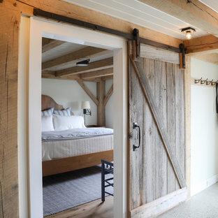 Inspiration pour un couloir rustique de taille moyenne avec un mur blanc, béton au sol et un sol gris.