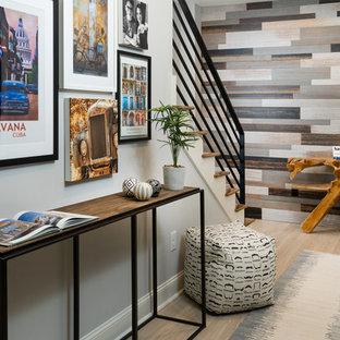 Idéer för en liten modern hall, med grå väggar, ljust trägolv och gult golv