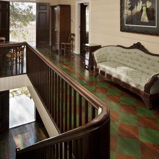 Новые идеи обустройства дома: коридор в классическом стиле с деревянным полом и разноцветным полом