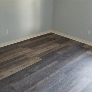 ダラスのトラディショナルスタイルのおしゃれな廊下 (青い壁、竹フローリング、茶色い床) の写真