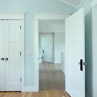 他の地域の小さいカントリー風おしゃれな廊下 (ベージュの壁、淡色無垢フローリング、茶色い床) の写真
