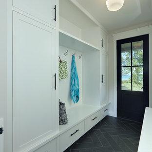 Свежая идея для дизайна: маленький коридор в стиле кантри с бежевыми стенами, полом из керамической плитки и серым полом - отличное фото интерьера