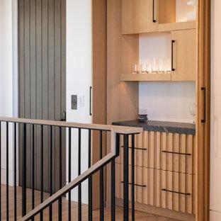Idéer för en mellanstor klassisk hall, med vita väggar, ljust trägolv och brunt golv