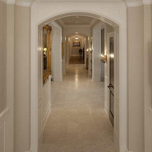 Inspiration pour un grand couloir traditionnel avec un mur beige et un sol en carrelage de porcelaine.
