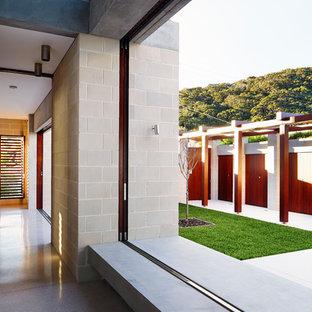 Inspiration för en mellanstor funkis hall, med grå väggar, terrazzogolv och vitt golv