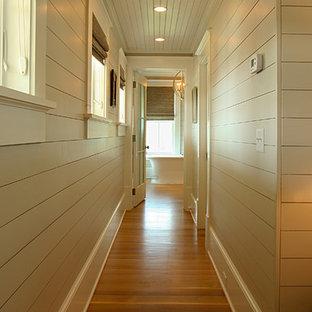Inspiration för mellanstora exotiska hallar, med beige väggar och mellanmörkt trägolv