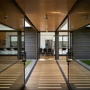 Стильный дизайн: коридор среднего размера в морском стиле с белыми стенами, паркетным полом среднего тона, коричневым полом, потолком из вагонки и панелями на части стены - последний тренд
