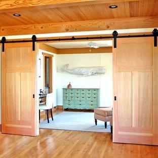 Idée de décoration pour un couloir marin avec un mur blanc.