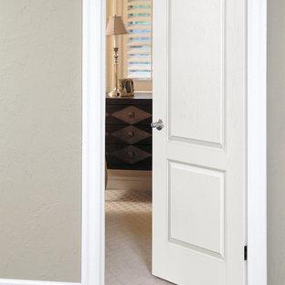 Cette photo montre un petit couloir chic avec un mur gris et un sol en bois foncé.