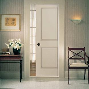 Aménagement d'un petit couloir classique avec un mur blanc et un sol en linoléum.