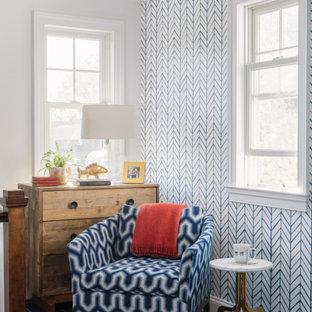 Mittelgroßer Klassischer Flur mit weißer Wandfarbe, braunem Holzboden, braunem Boden und Tapetenwänden in Washington, D.C.