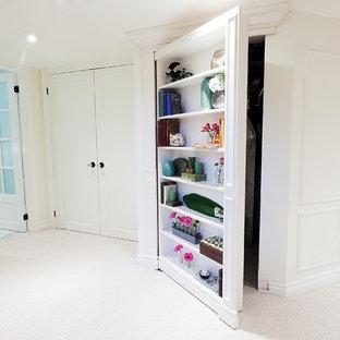 Idee per un ingresso o corridoio chic con pareti bianche, moquette e pavimento bianco
