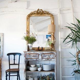 Immagine di un piccolo ingresso o corridoio bohémian con pareti bianche e moquette