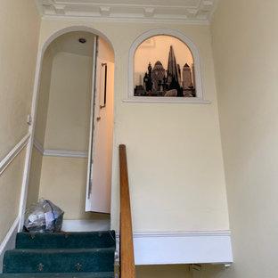 Inspiration för mellanstora klassiska hallar, med gula väggar, heltäckningsmatta och turkost golv
