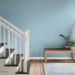 Moderner Flur mit blauer Wandfarbe in Orange County