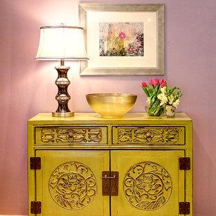 Ispirazione per un ingresso o corridoio etnico di medie dimensioni con pareti viola e parquet chiaro