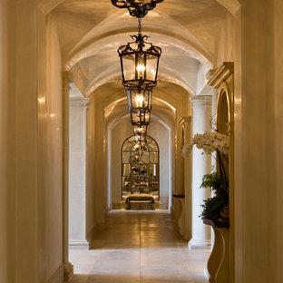Inspiration för mycket stora medelhavsstil hallar, med beige väggar och travertin golv