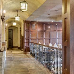 Inspiration för en stor rustik hall, med beige väggar, klinkergolv i keramik och beiget golv
