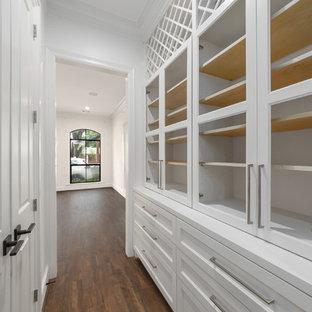 На фото: коридор среднего размера в стиле современная классика с полом из ламината, коричневым полом и белыми стенами с