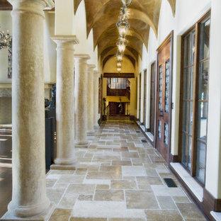 Idéer för att renovera en medelhavsstil hall, med vita väggar och travertin golv